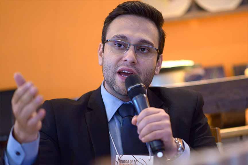 """""""Não vamos ser bem sucedidos colando aqui o que existe lá fora"""" - Eduardo Flores, membro do laboratório de contabilidade internacional da USP"""