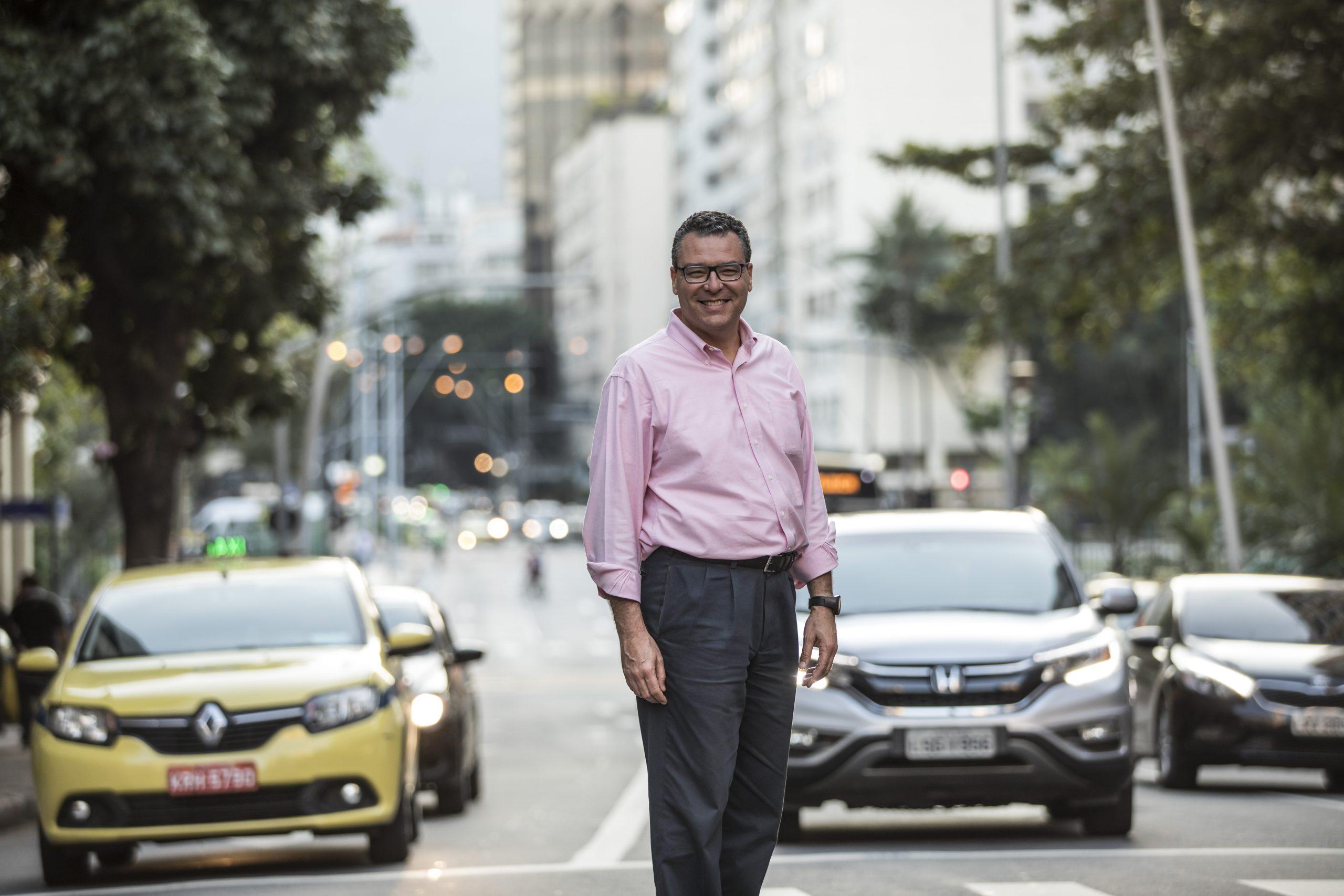 Marcelo Trindade parado numa rua no Rio de Janeiro