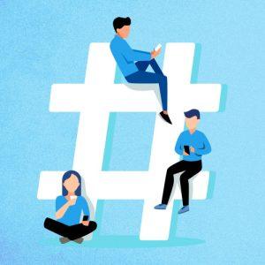 Três usuários de redes sociais usam o celular ao lado de um hashtag gigante